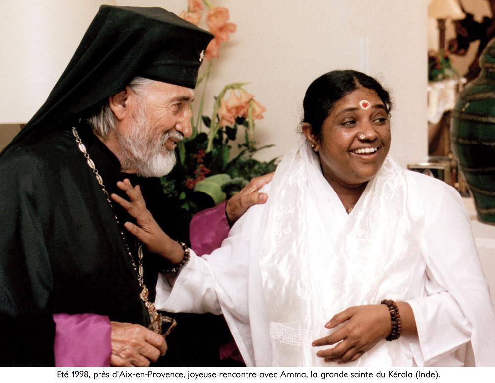 7 - ENRACINEMENT ET OUVERTURE - Joyeuse rencontre entre +Mgr Vigile et Amma, la grande sainte du Kérala.