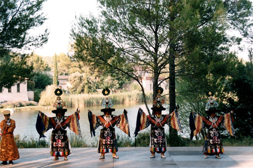 7 - ENRACINEMENT ET OUVERTURE - Les danseurs du Typa (Dalaï Lama) au monastère Saint-Michel.