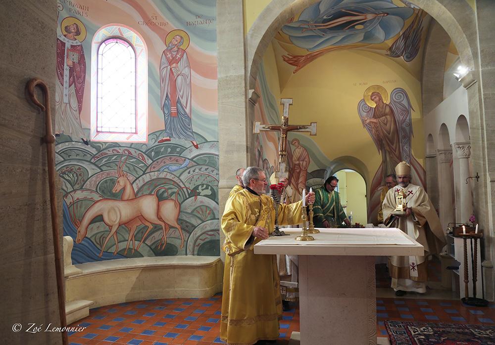 ... Le Christ, Roi et prêtre, du pied d'autel est apporté...