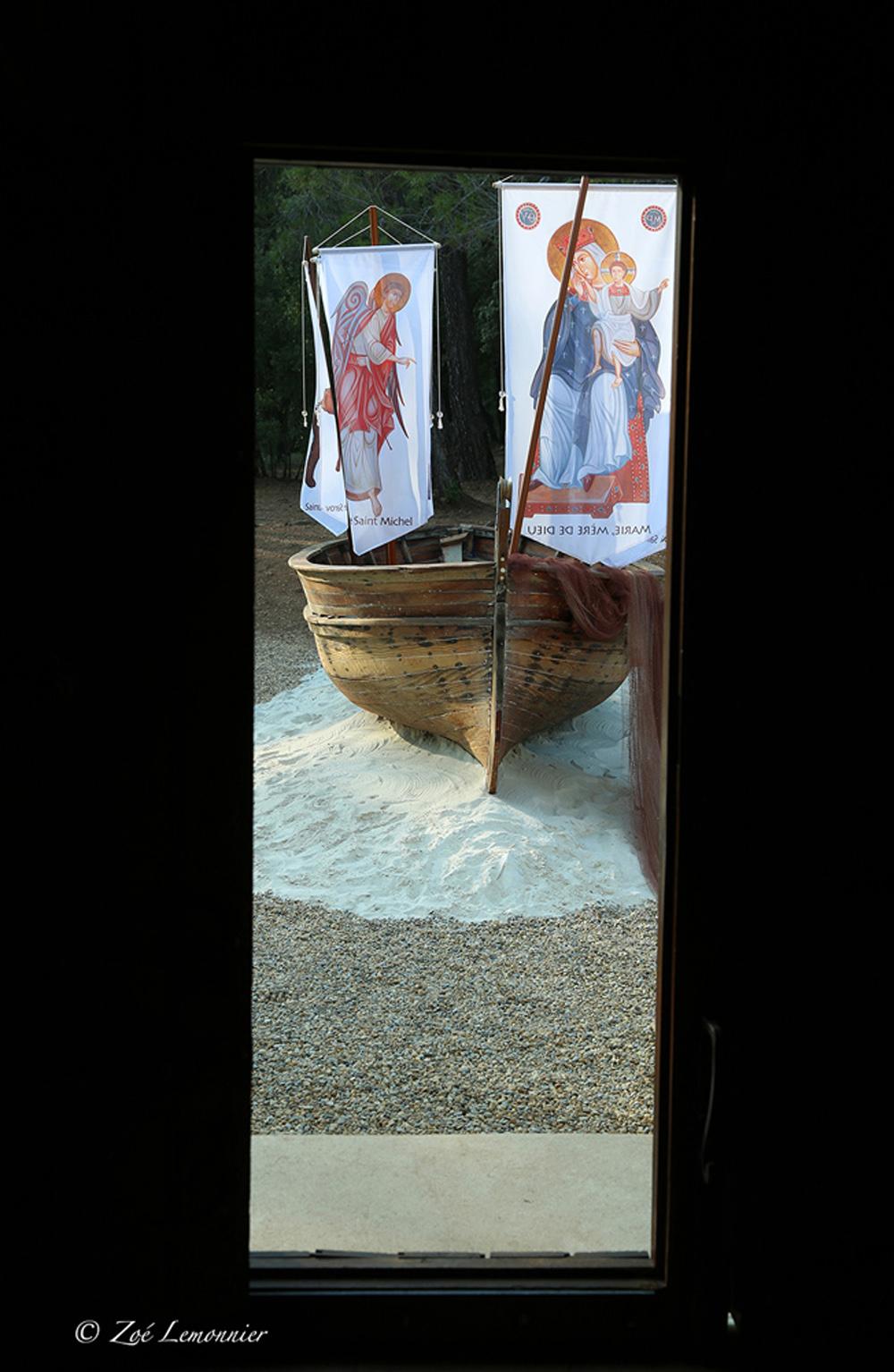 """La """"Barque des Ami(e)s de Béthanie"""" symbolisant leur arrivée en Provence..."""