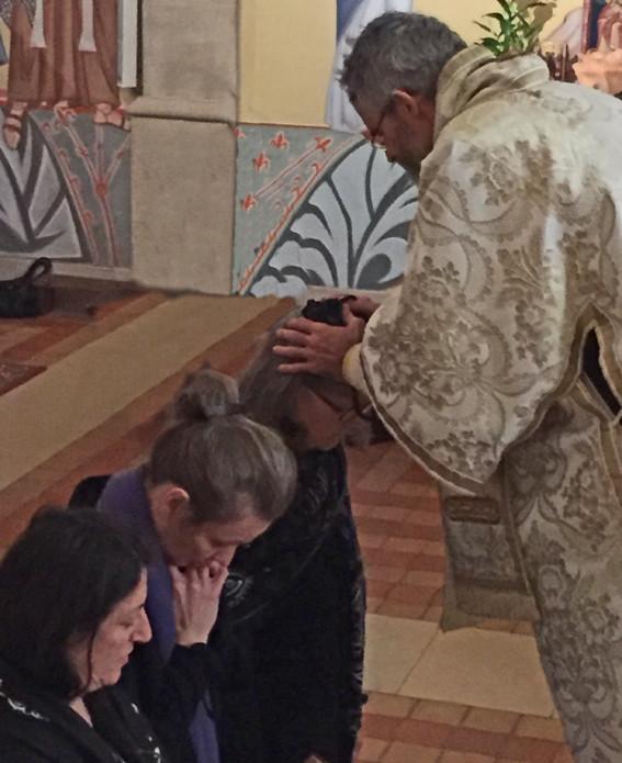 Bénédiction du chapelet et imposition des mains de l'évêque.