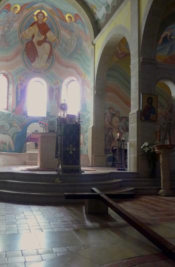 Vendredi Saint - A Tierce, la croix est mise en place.