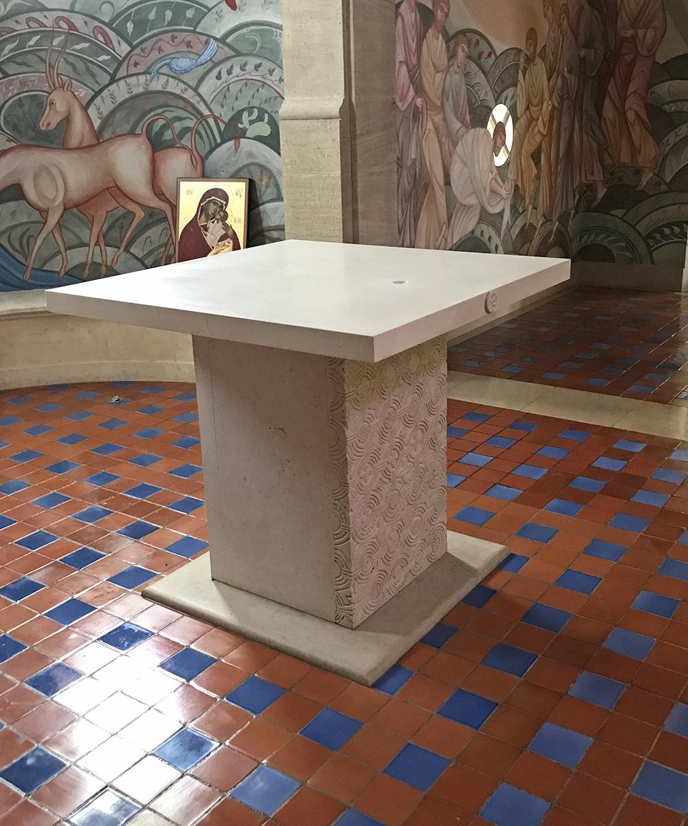 L'autel nu, prêt à recevoir ses reliques.