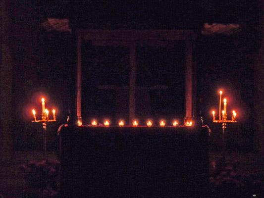 La veillée silencieuse devant le tombeau du Christ.