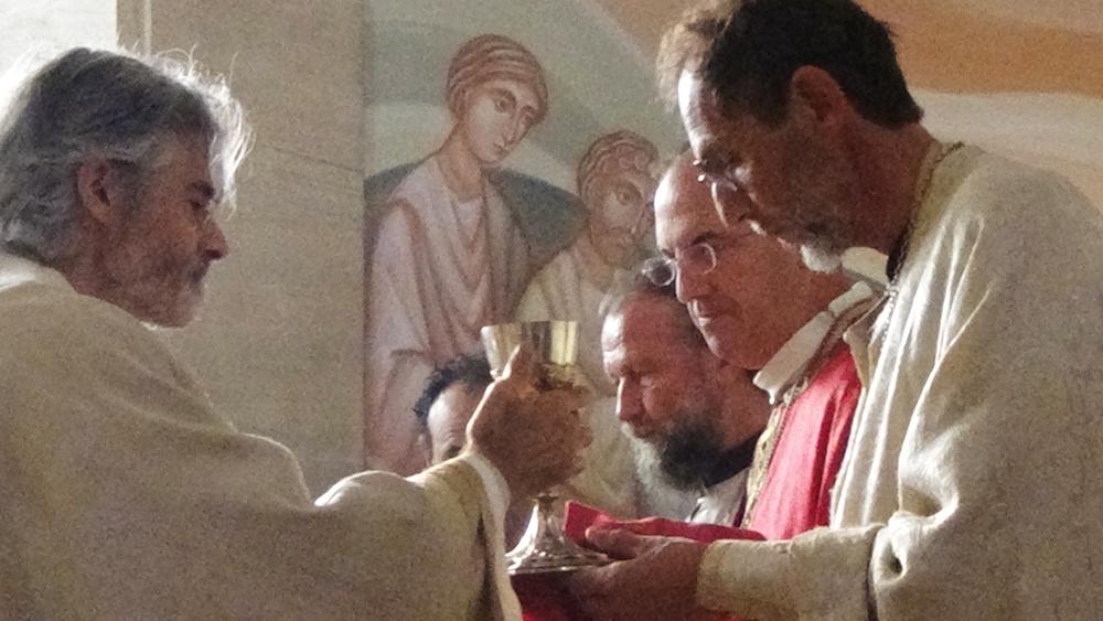 Communion du clergé et des soeurs.