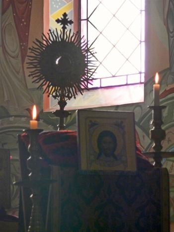 ... En présence des Saintes Espèces et de l'icône du Mandylion (Sainte Face)...