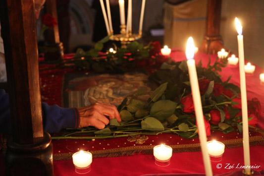 Les fidèles viennent déposer une fleur rouge et un dernier baiser...
