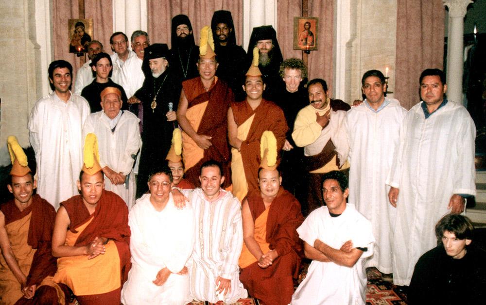 7 - ENRACINEMENT ET OUVERTURE - Photo de famille réunissant les Traditions soufie, bouddhiste et chrétienne orthodoxe.