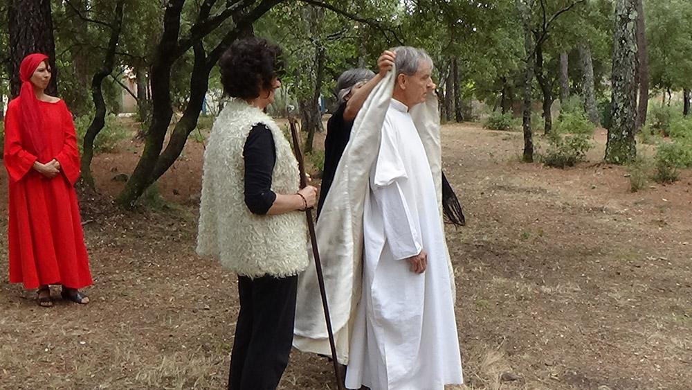 """3 - LES """"AMIS DE BETHANIE"""" - L'habillement du premier évêque de Marseille"""