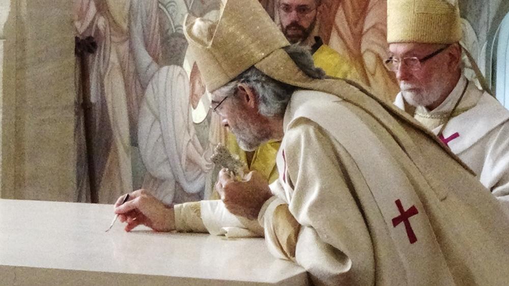 Onction du Saint Chrème (  aux quatre coins et au centre de l'autel)