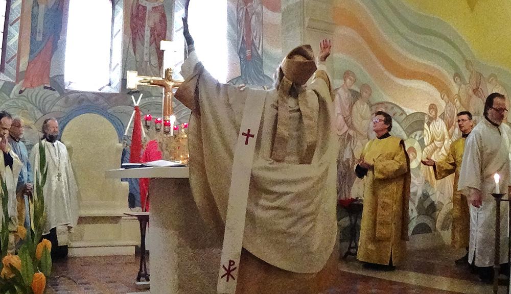 L'évêque dans ses nouveaux habits orthodoxes d'expression plus occidentale