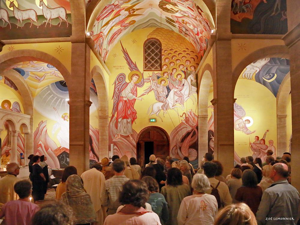 Toute l'Assemblée chante le Tropaire du saint archange.