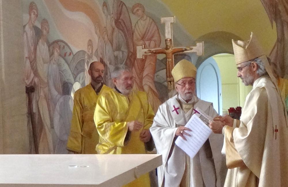 Mgr Martin et Mgr Grégoire commencent le rituel de consécration de l'autel