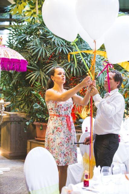 Hochzeitsplanerin dekoriert die Location für die Hochzeitsfeier