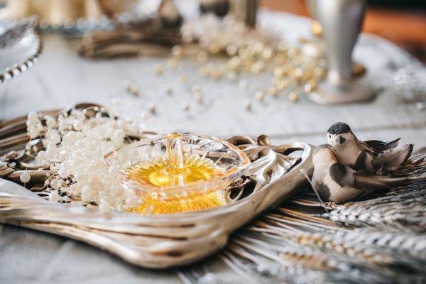 Honig auf dem traditionellen Tisch der persichen Trauzeremonie Sofreh Aghd