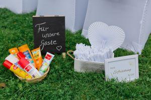 Fächer, Sonnencreme und Mückenspray sind für eine Freie Trauung am Wasser ein Muss