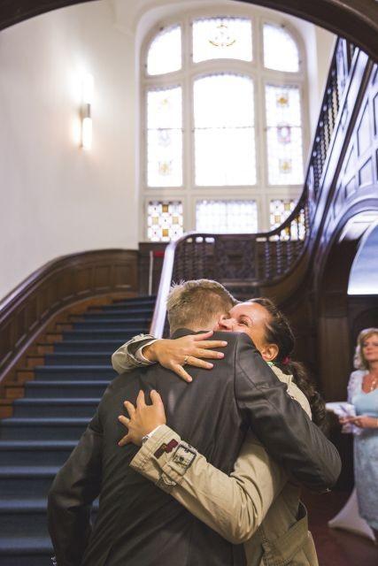 Hochzeitsplanerin gratuliert Bräutigam nach standesamtlicher Trauung