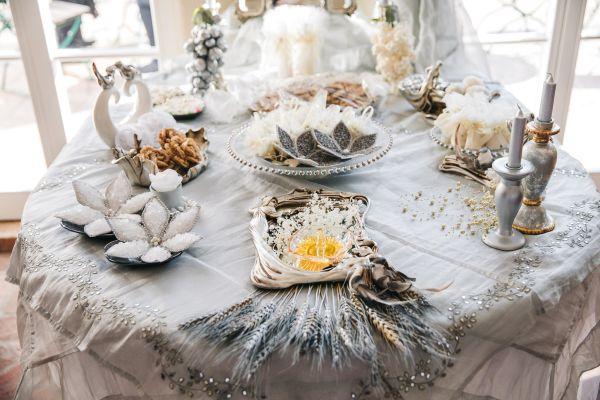 traditioneller Tisch der persichen Trauzeremonie Sofreh Aghd