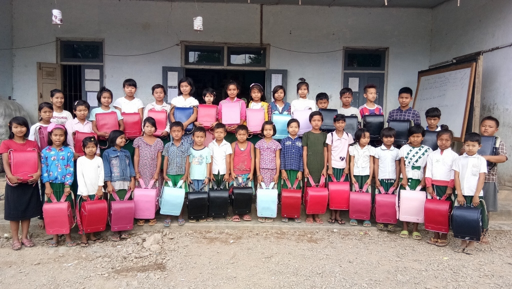 ミャンマーの子供たちに届けられた多くのランドセル。片道1時間かけて登校する子供たちは、日本製のランドセルは非常に丈夫で軽く質も良いと、子供たちだけでなく先生やご家族の皆様にも喜んでいただいています。
