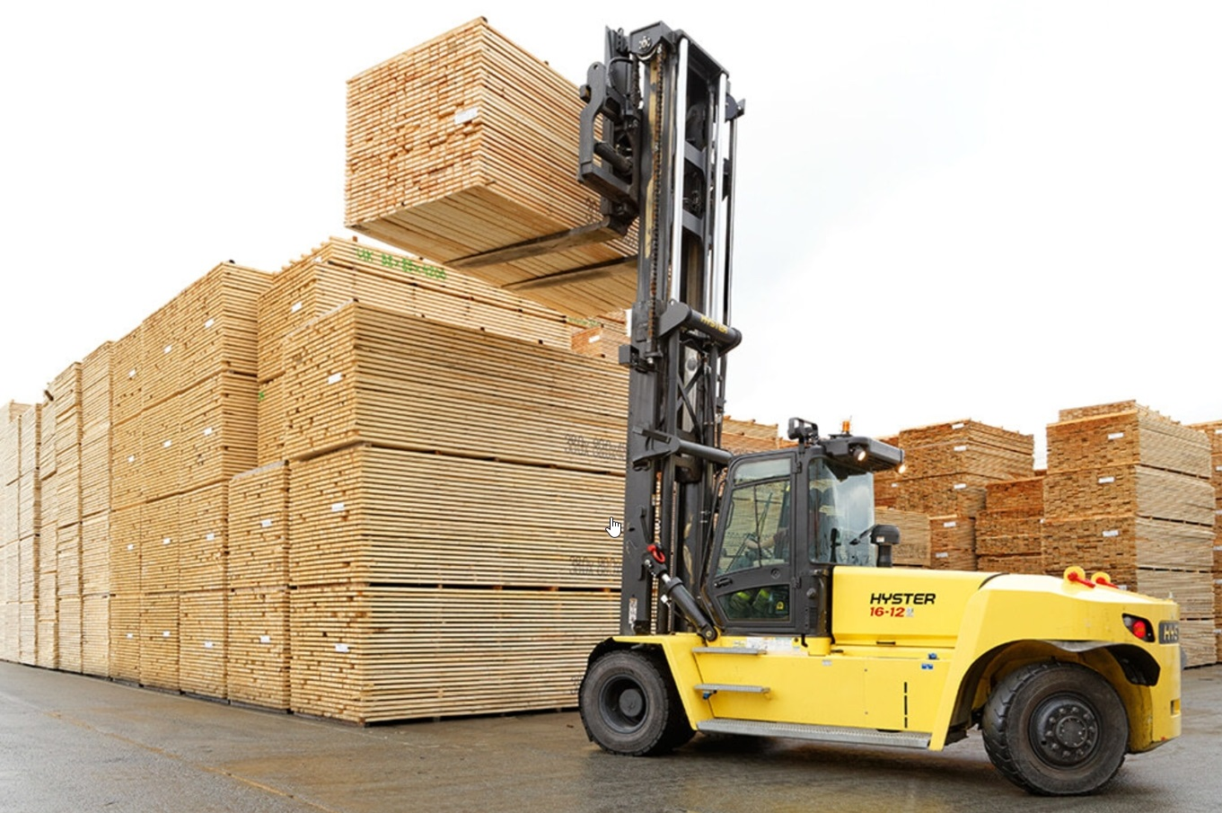 carretilla elevadora grande Hyster manipulando madera