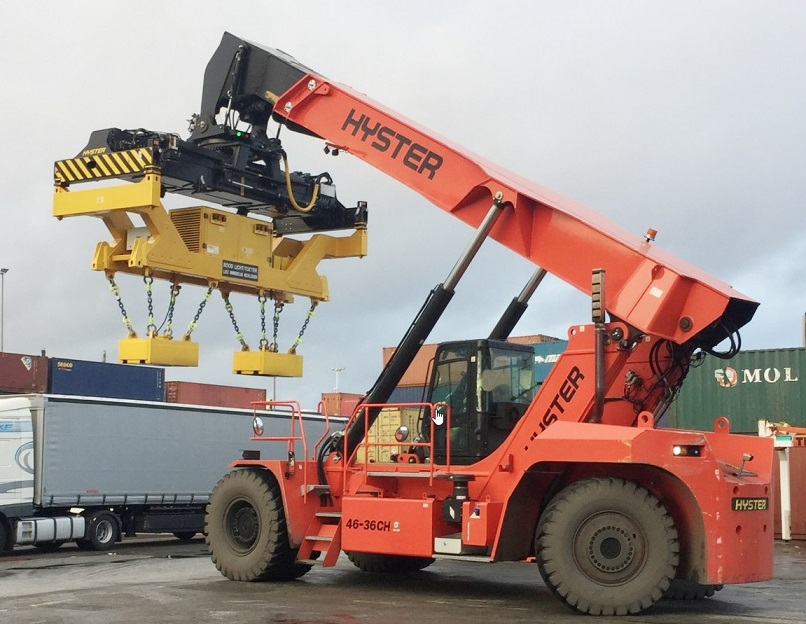 reachstacker Hyster with magnet for lifting