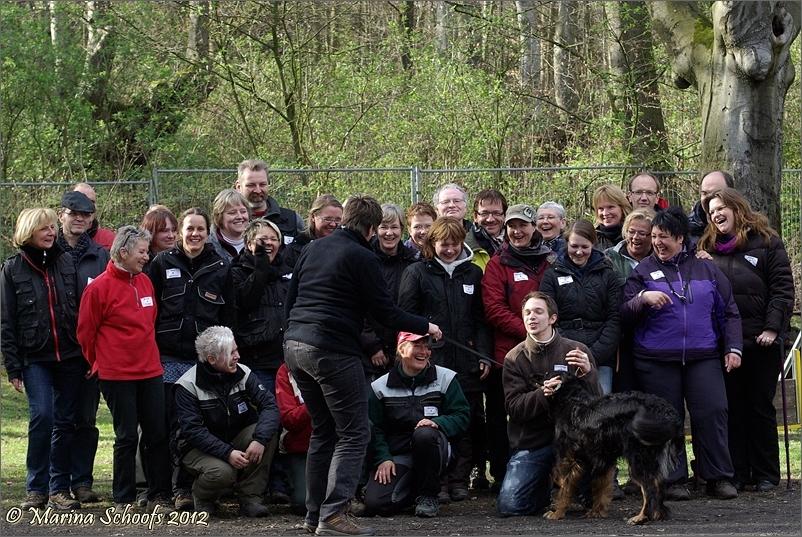 Aufstellen zum Gruppenbild mit Hund