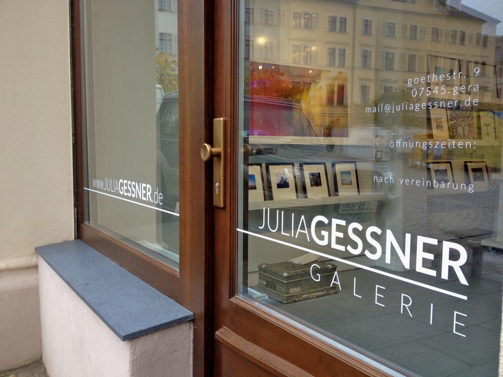 folien-fabrik /  Julia Gessner Galerie / Schaufensterbeschriftung
