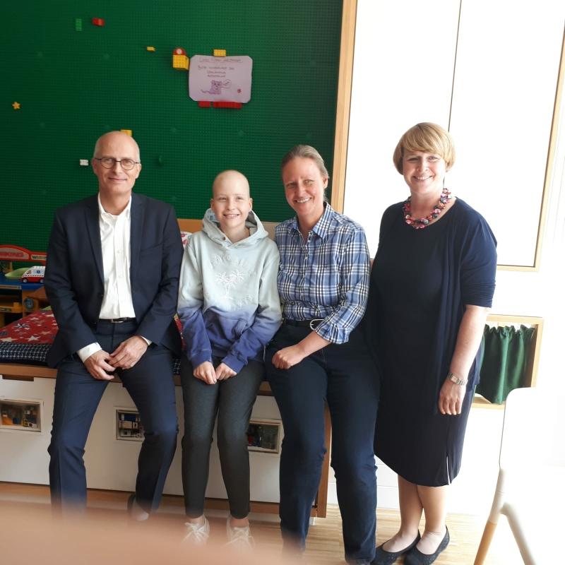 Carolin mit Hamburgs ersten Bürgermeister Tschentscher beim 1. Geburtstag des Kinder-UKE, September 2018
