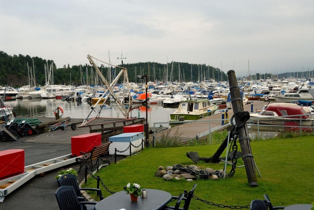 Oslon moottorivenekerhon satama on suojaisessa lahdessa
