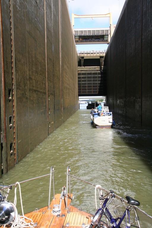 Pieni vene suuressa sulussa