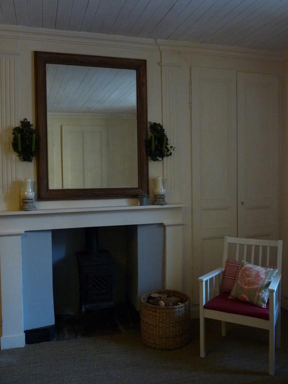 le salon et la cheminée avec son poêle