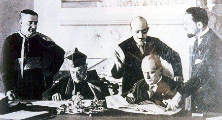 Le Cardinal Pietro Gasparri, représentant du Pape Pie XI et Benito Mussolini ratifient les Accords du Latran le 11 février 1929, déclarant ainsi l'indépendance et la souveraineté de l'État de la Cité du Vatican,.