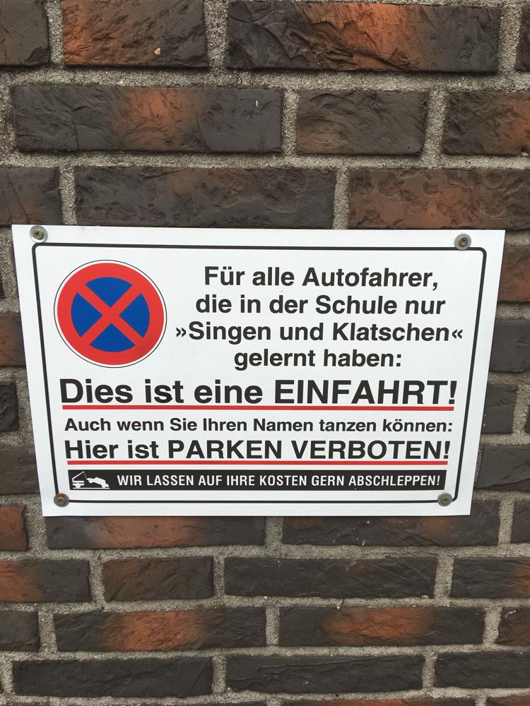 Schild an einer Ausfahrt