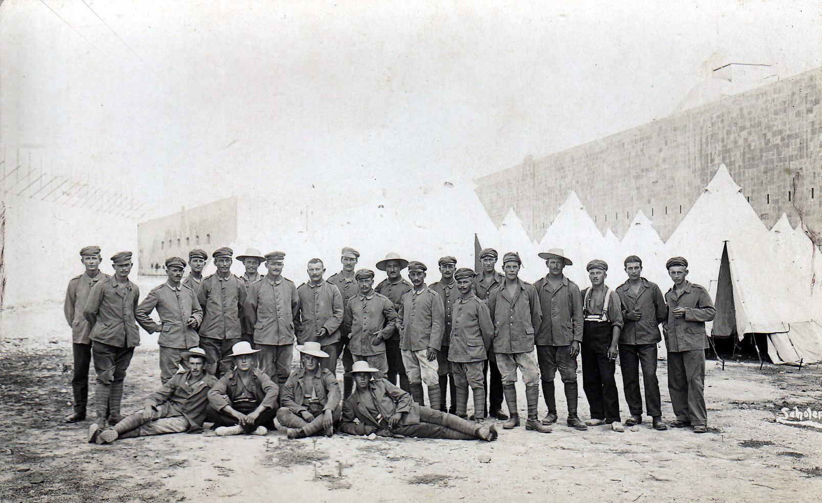 Gruppenaufnahme gefangener Deutscher