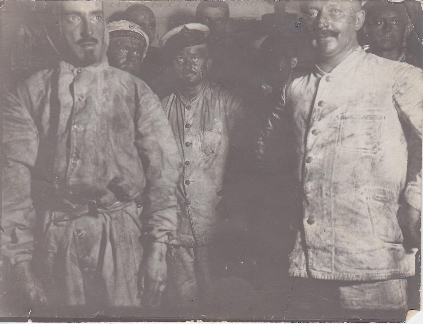 Kesselrevision (von links nach rechts: Kaptl. Nittka, Ob.Maat Gastel, Mt. Struk, Maschinist Freiheit, Oberheizer Hoffmann, Heizer Reifrsch, Ob-Ing. Wolf, Maat Schultz