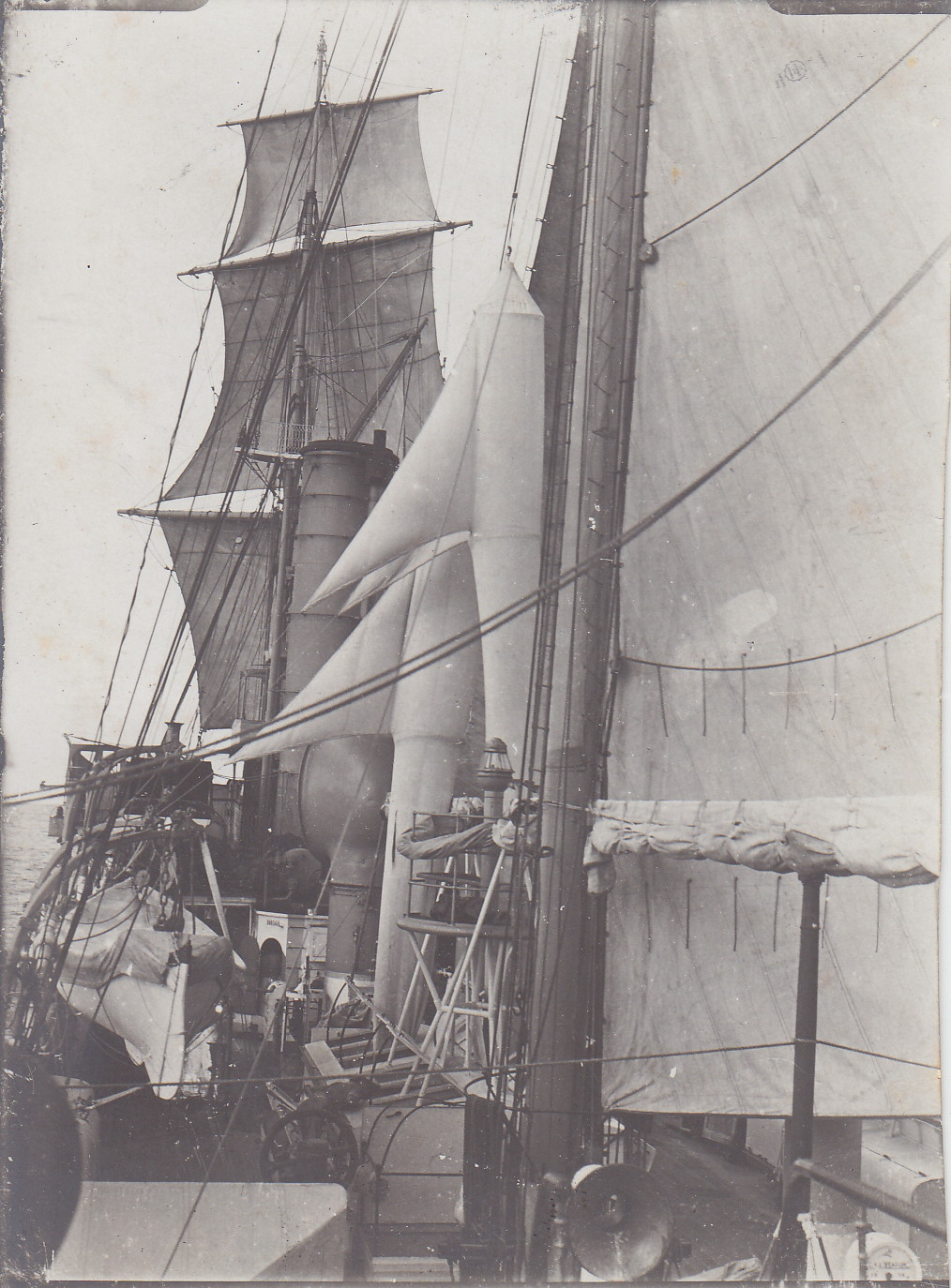SMS Seeadler mit gesetzten Segeln