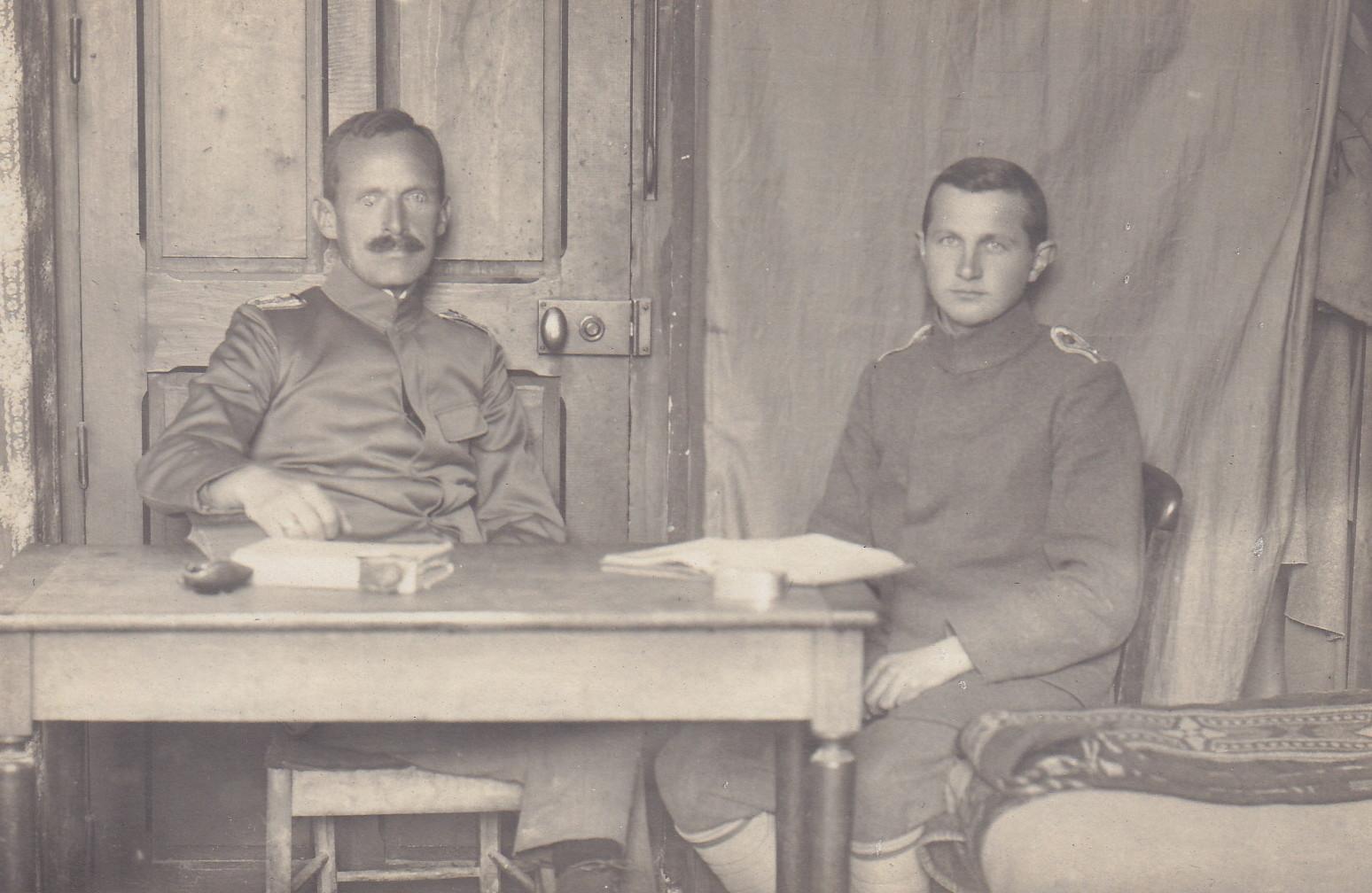 Leutnant Steger und Leutnant Rahner auf der Stube