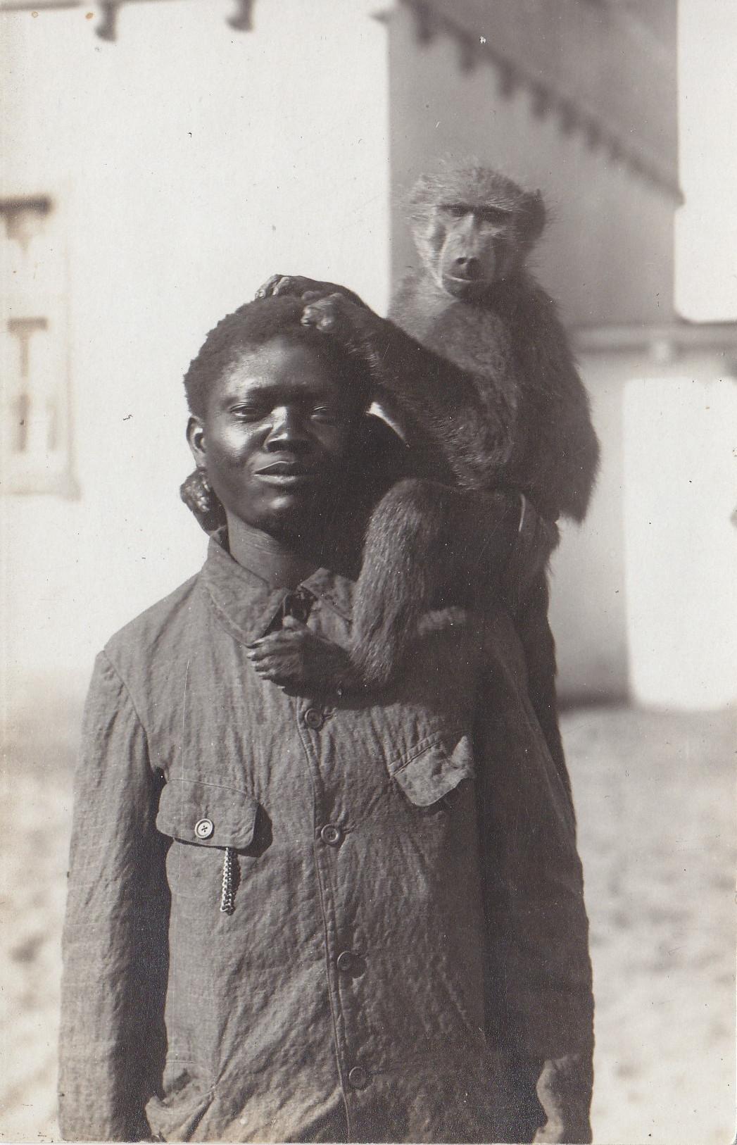 Junge mit Affe