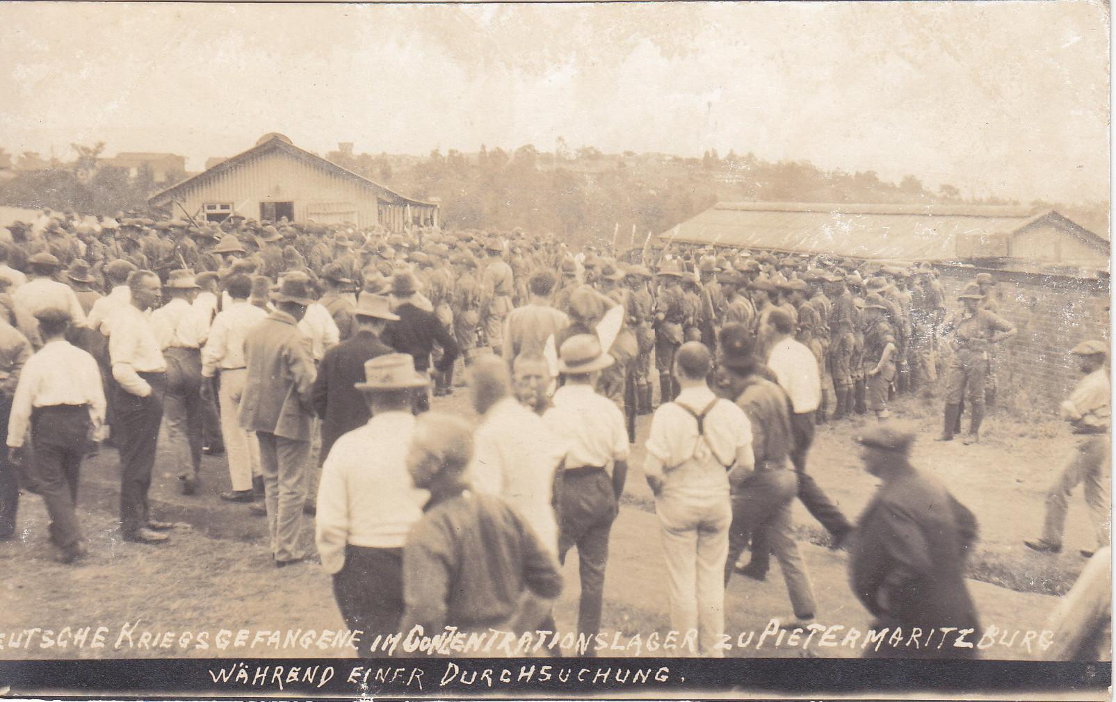 Deutsche Kriegsgefangene während einer Durchsuchung