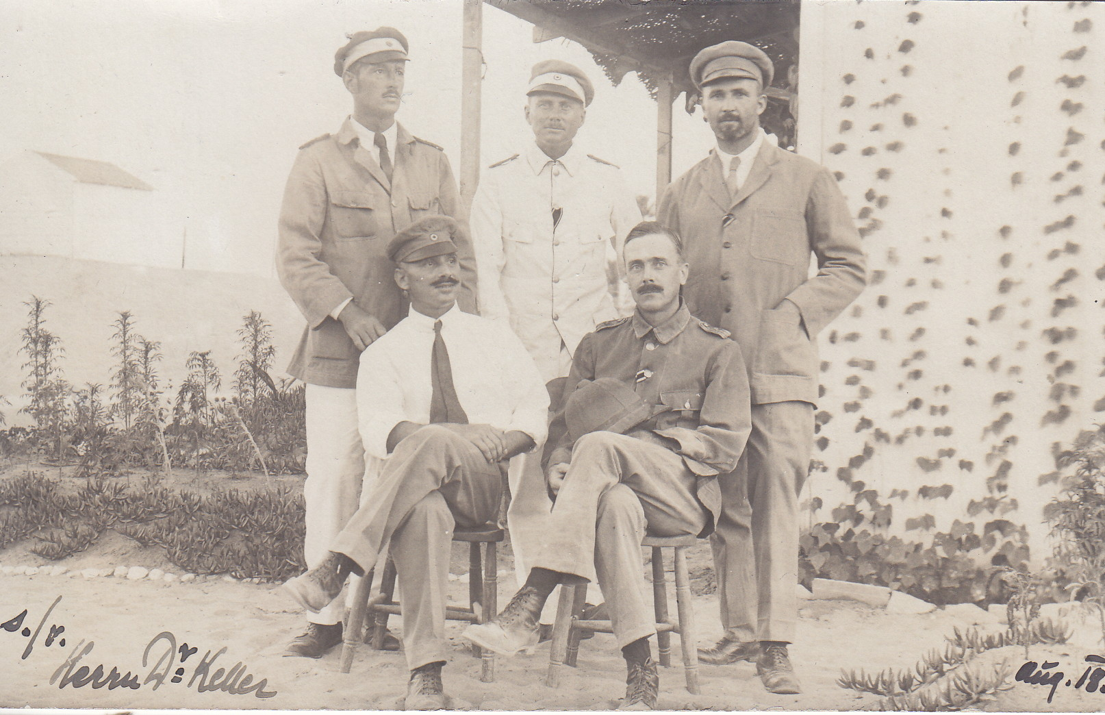 Offiziere vor der Baracke (Lt. von Frantz, Lt. Schäfer, Lt. Hengstenberg, Lt. Kalman, Oblt. von Unterrichter)