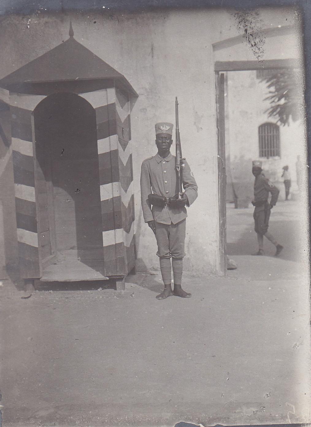Eingang zur Kaserne der Polizei-Askaris in Daressalam