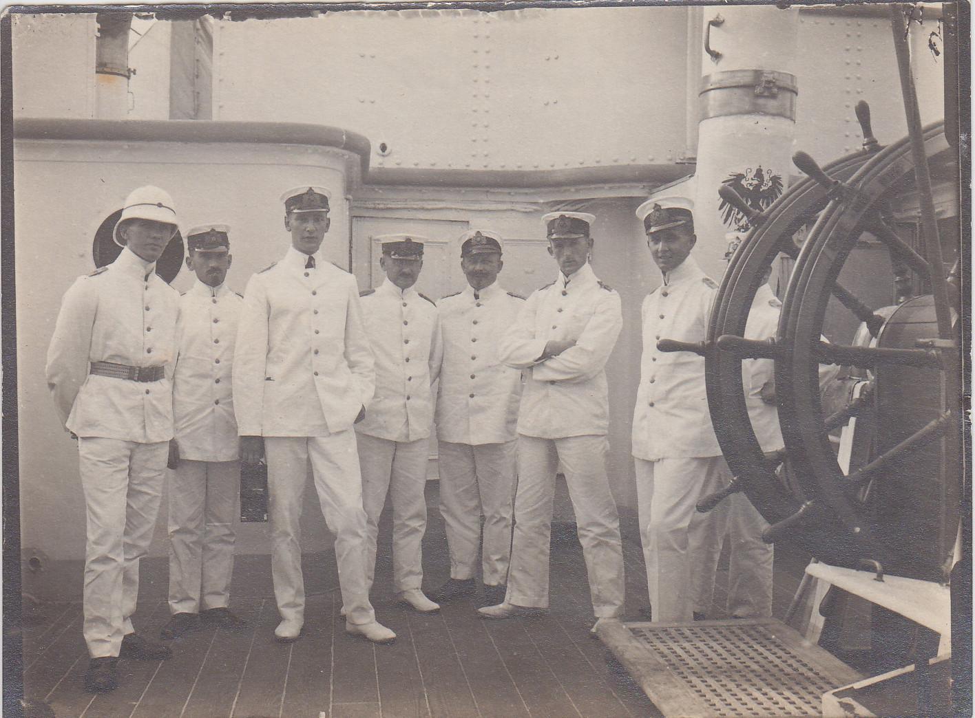 Offizierkorps von links nach rechts: Oberleutnant Ney, Kptl. Nittke (1. Offizier), Ltn. Gärtner, Stabsarzt Dr. Medow, Ob-Ing. Wolf, Obl. Kuno, Obl. Rave, Ob-Zahlm. Braukopf