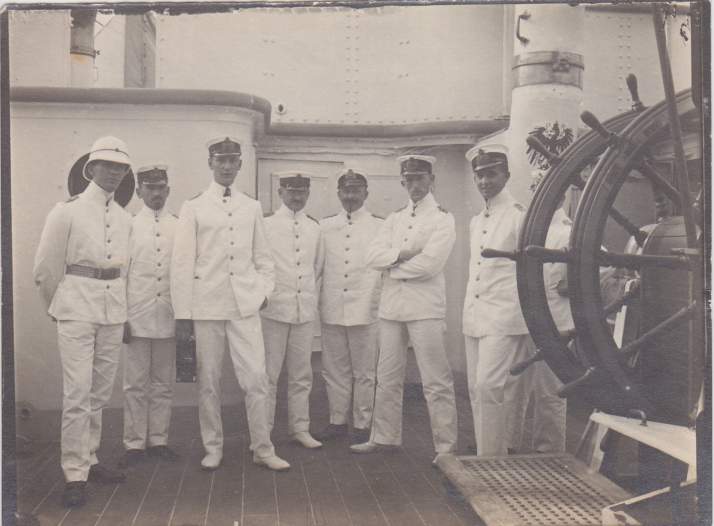 Offizierkorps von links nach rechts: Oberleutnant Ney, Kptl. Nittke (1. Offizier), Ltn. Gärtner, Stabsarzt Dr. Medow, Ob-Ing. Wolf, Obl. Kuno, Obl. Rave, Ob-Zahlm. Braukhoff