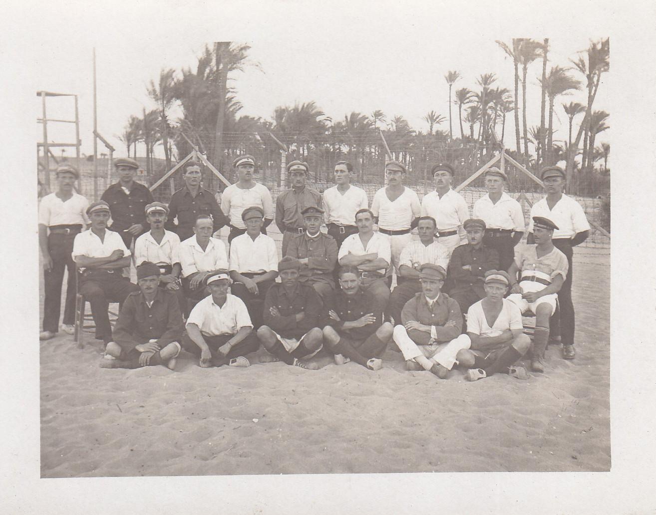 Gruppenbild im Lager mit Heinrich Kroger (?) und Ewald Engels