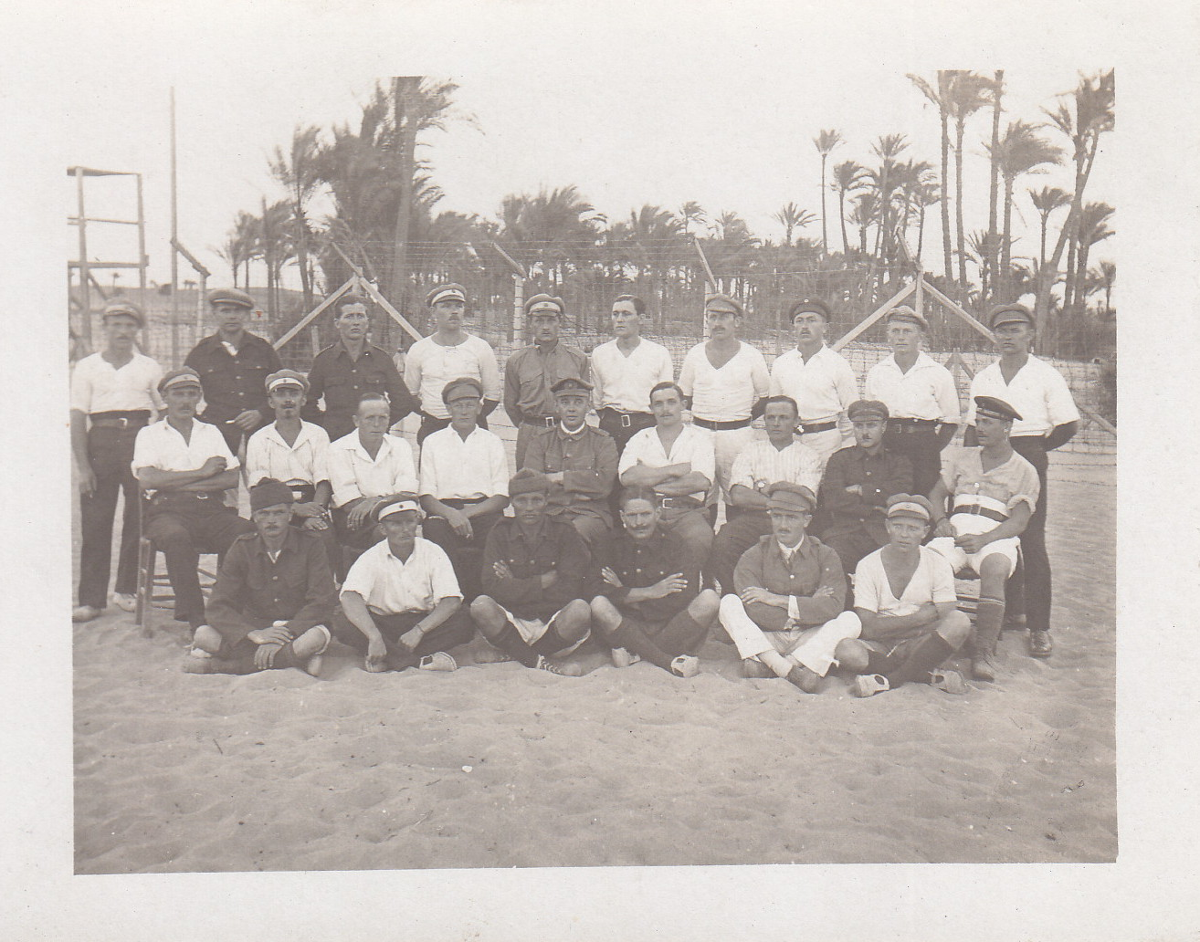 Gruppenbild im Lager mit Heinrich Kröger und Ewald Engels