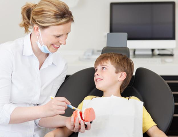 Regelmäßige Prophylaxe hilft, Zahnschmerzen und Zahnprobleme zu vermeiden
