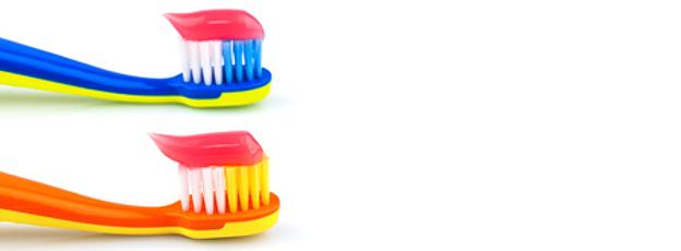 Eine Zahnbürste für kleinere Kinder reduziert das Verletzungsrisiko mit ihrem kleinen Bürstenkopf,