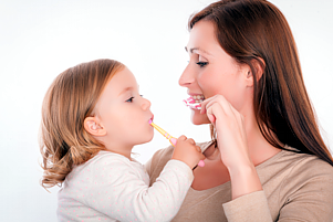 So lernen Kleinkinder und Schulkinder richtig Zähne putzen - Prophylaxe für Kinder