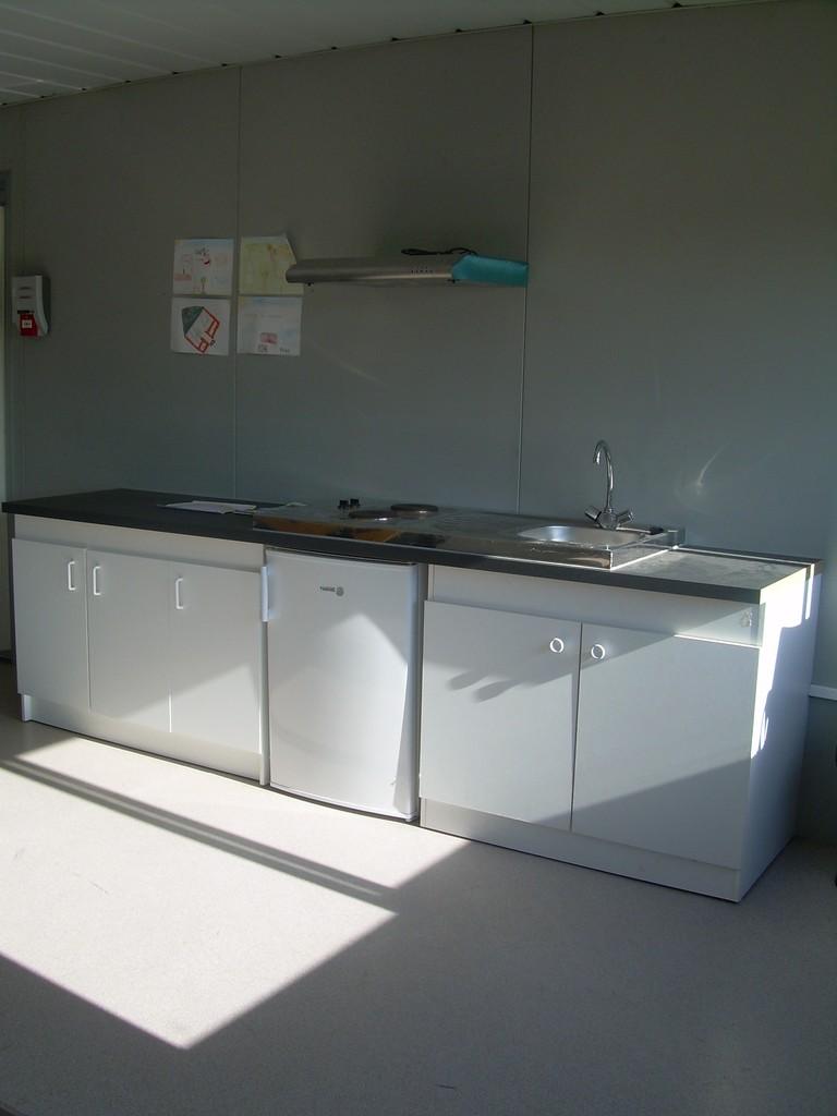Espace cuisine (frigo, plaques, évier)