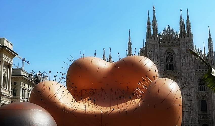 """FuoriSalone 2019  -  MILANO esposta in  Piazza DUOMO  la contestatissima """" MAESTA' SOFFERENTE di Gaetano PESCE, rivisitazione di una precedente Opera realizzata 50 Anni fà."""